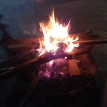 Nach dem Essen sind wir noch um ein Feuer herumgetanzt - ich konnte echt nicht mehr, es war so wahnsinnig lustig :D Nennt mich Kulturbanause, meinetwegen :P