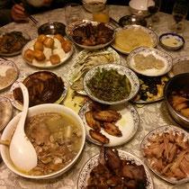 Essen musste natürlich auch sein: Mein tausendstes Familienessen. Besonders lecker: Fleisch/reisbällchen hinten links im Bild. Mein Bauch macht sich langsam bemerkbar :((