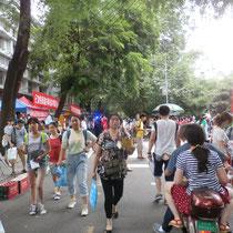 Grund für unsere zwei freien Tage war der 高考 (gaokao), die chin Abschlussprüfung. Hier seht man die ganzen Schüler nach Beenden der Prüfung an unserer Schule... :O