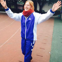 Ja… Da hatte ich einen guten Tag :D Eine Freundin hat mir 20 Yuan dafür gegeben, dass ich die Choreographie, die wir vormittags immer tanzen müssen, auf dem Sportplatz in der Pause vortanze. Ich würde sagen: Leichtverdientes Geld!