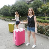Paula und ich mit unseren frischgekauften, riesigen, und total hässlichen Koffern.