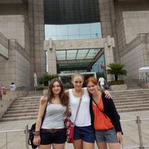 Wir drei vor dem Shanghai Museum in der Hitze