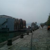 Hässliche Partyschiffe aufm Fluss.