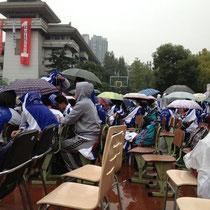 Unglücklicherweise hat es am ersten Tag aber doch (trotz anfänglichem blauen Himmel) angefangen zu regnen, weshalb wir erstmal für eine Stunde in der Nässe sitzen durften, bis uns erlaubt wurde, hochzugehen. Am Nachmittag hat es dann aber aufgehört.