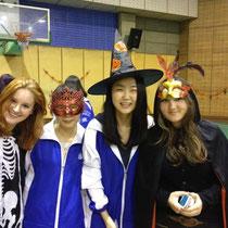 Von rechts nach links: Luzi, Joy, Elaine (mit meiner Maske grrrr) und ich