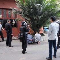 Da die Obama-Familie (exklusive der Barack) in Chengdu ist (war? sein wird?), musste natürlich gleich eine Terroristen-Übung durchgeführt werden. Das Ergebnis: siehe Bild.