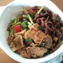 Noch ein typisches Mittagessen: Reis, versteckt unter zehn verschieden Gerichten, u.a. mit Fleisch, Lotusstamm (heißt das so auf Deutsch? :O), Tomaten und noch viel mehr - scharf natürlich.
