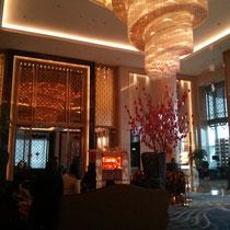 Das Hotel war Wahnsinn, noch krasser als das in Jiuzhaigou… Tinas Familie hat halt wohl echt Geld. Drinnen war es superschön...