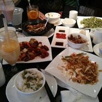 Damit ihr auch mal wieder chinesisches Essen seht und nicht der Eindruck entsteht, dass ich mich nur noch von teuerem westlichen Essen ernähre: Mittagessen im Restaurant am ersten Januar mit meiner Gastmutter und -schwester :)