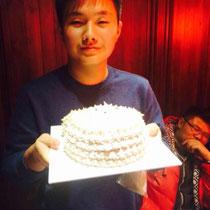 Geburtstagskind King mit grossem Kuchen und grossem Laecheln :)