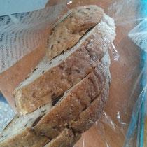 Unsere liebe Physiklehrerin hat uns den Schulanfang versuesst, indem sie uns Brot mitgebracht hat. Gutes, deutsches Brot. Ich liebe sie!