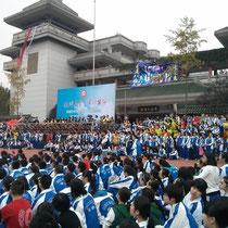 """Die """"Menschenmassen"""". Es war echt beeindruckend, fünftausend Schüler auf dem Sportplatz versammelt zu sehen (da wurde mir dann erst bewusst, wie groß unsere Schule eigentlich ist :D)"""