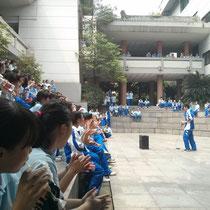 Die Aufführung des Tanzclubs am Club Day mit jeeeder Menge Zuschauern.