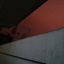 Was mich immer wieder erstaunt, ist, dass der Himmel ueber Chengdu NIE auch nur ansatzweise schwarz ist in der Nacht. Hier (gegen neun Uhr abends kurz vor Schulschluss) wirkt er eher rot-grau :O