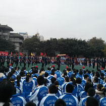 Das Sportsmeeting hat mit einer Vorführung jeder einzelnen Klasse angefangen (oft wie hier Tanzen) - es hat eeewig gedauert -.-