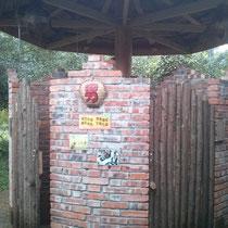 Und wenn man mal musste, gab es diese... Toilette. Innen war aber alles ganz normal :) Achja, außer dass da halt die in China oft üblichen Hocktoiletten waren.