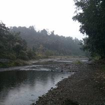 Der Fluss an der Farm und bevor irgenjemand wieder eine Bemerkung zum Wetter macht - ja, das ist hier immer so mies. Man gewöhnt sich dran.