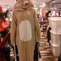 Das Chinesen einen komischen Essensgeschmack haben, wussten wir ja schon. Aber Mode? Ernsthaft, ein Hasenschlafanzug für Erwachsene? :D