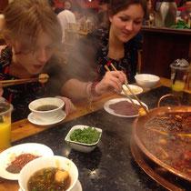 Luzi und ich beim Essen :D