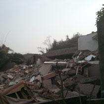 Andere Häuser stehen immer noch völlig zerstört vom Erdbeben 2008 herum, weil kein Geld für Reparaturen da ist.
