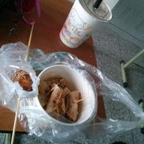 Typisches Abendessen an der Schule - gebratene Teigtaschen und Milktea (ich bin süchtig danach :D).