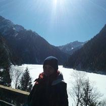 Vor dem größten See, der aber komplett zugefroren und schneebedeckt war, weil am höchsten (ich glaube auf 3500 Meter).