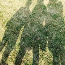 Uuuund wieder Fotos machen, versteht sich. Die Sonne hat geschienen, ein Wunder! Von links nach rechts: Luzi, ich und Chloe.