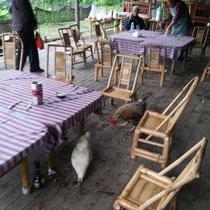 An diesem Tisch haben wir gegessen - die Stuhle waren höchstens 20 cm hoch.