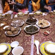 Das gab es zu essen: Lamm, Kartoffeln, so eine Art Brot, Suppe, Gemüse, Tee und irgendeinen Alkohol, der sau geil geschmeckt hat, aber maximal drei Prozent hatte ;)