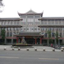Auf dem Huaxi Campus (einem von vieren) der Sichuan Universität - die beste und bekannsteste in ganz Sichuan.
