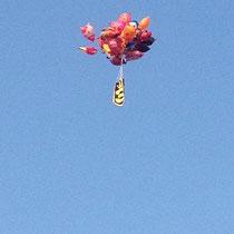 Teil der Vorstellung: Fliegende Luftballons, eigentlich nur deswegen bewundernswert, weil: BLAUER HIMMEL!!!!