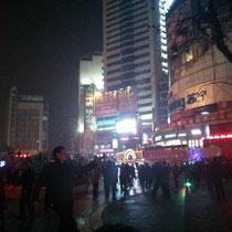 Im Stadtzentrum, das Chengdus Stadtzentrum ziemlich ähnelte, fingen die Leute am Freitagabend einfach an, zur Musik, die jemand anmachte, Standardtänze zu tanzen - chinesisch und westlich. War ne super Stimmung :)