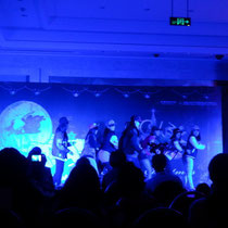 Die meisten Mädchen aus meiner Klasse haben zu einem schrecklichen koreanischen Popsong getanzt, aber der Tanz war ganz gut