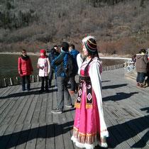 Chloe, Luzis Gastschwester, hat traditionell-tibetische Kleidung angezogen, um darin Fotos zu machen.