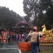 Der Eingang zum Qingcheng Mountain, wo wir wandern waren. Leider auch ziemlich überfüllt...
