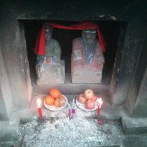 Auf Etappen gab es immer wieder taoistische Tempel mit kleinen Schreinen für Götter wie hier, wo denen Orangen geopfert wurden haha