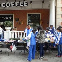 Bringt Selbstständigkeit mit sich: Wir können uns relativ frei bewegen und haben deshalb auch alleine zu diesem Starbucks gefunden, wo das Red Cross (Club an unserer Schule) einen Charity-Basar veranstaltet hat.