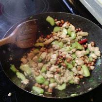 Was Luzi und ich beim Kochen zustande gebracht haben: Etwas, das zumindestens ein bisschen Ähnlichkeit mit Kongpao Chicken hat ^