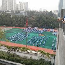 """Die """"tanzenden"""" Zehntklässler auf unserem Sportplatz während einer meiner Freistunden."""