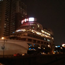 Chengdu finde ich ja trotzdem in der Nacht immernoch am schoensten, aber was das hier soll, kann ich doch nicht verstehen: Ein Schiffrestaurant oder so. Der Haken: Das Schiff steht auf ner Strasse, nicht im Wasser... ^^