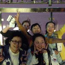 Das sind Tina und ich (ganz hinten) und ihre drei verrückten Freundinnen :P