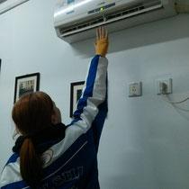 An anderen - kälteren - Tagen verziehen Luzi und ich uns in den einzigen Raum mit Air-Conditioner, der Gott sei Dank auch Wärme herauspusten kann. Dann heißt es: Hallo, Wärmegott!
