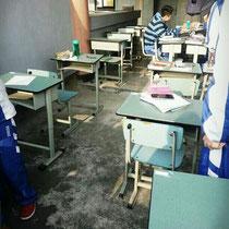 Sobald die Sonne rauskommt heißt es in Chengdu nur eins: Raus! Auch unsere Mathelehrer war so nett und hat uns die Tische raustragen lassen, so dass wir Matheunterricht in der Sonne hatten :)