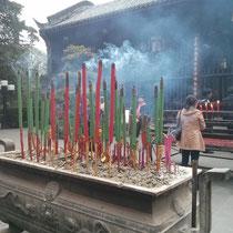 Vor dem Tempel wurden diese riesigen Räucherstäbchen verbrannt - ich wünschte, ich könnte euch den Geruch schicken...