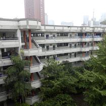 Unsere Schule ist U-förmig und das nur der eine Flügel. Ganz oben, im 5.Stock, ist das A-Level-Centre (also wir), was heißt, dass wir jeden Tag diese Treppen hochlaufen müssen...
