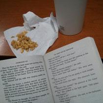 Typische Beschäftigung in Frei- oder Abendstunde: Lesen, Fressen, Kaffee trinken. Wenn ich in dem Tempo weiterlese, habe ich bald die ganze Schulbibliothek durch ^^