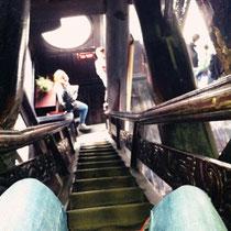 ...und da ging es ziemlich steile Treppen hoch. Die Beine sind die von Joy, ich bin die unten ^^