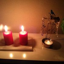 Und so habe ich meinen Heiligabend verbracht. Die beiden Kerzen sollen einen Weihnachtsbaum darstellen.