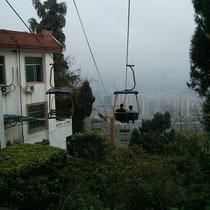 Auf diesem verrückten Berg in der anderen Stadt. Vom Freizeitpark fuhr ein Skilift herunter... Nicht fragen!