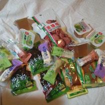 """Diese """"Süßigkeiten"""" habe ich meinem Papa geschickt - ich hoffe doch, sie schmecken? ;) Also wenn ihr dazu was hören wollt, fragt meinen Papa, ich habe nämlich keine einzige Sache davon probiert ^^"""